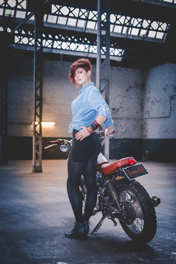femme a coté moto custom