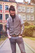 mode homme barbu avec ceinture cuir tatouée