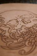cuir gravé d'un crane et de fleurs