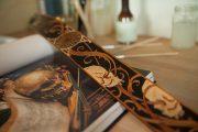 sangle guitare cuir gravée de crânes inspiré par l'histoire art