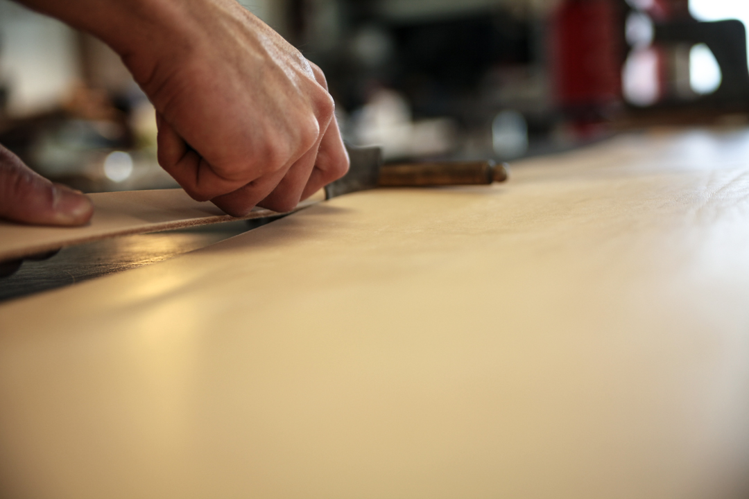 découpe cuir à la main du cuir bandit
