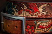 détail d'une ceinture gravée en cuir