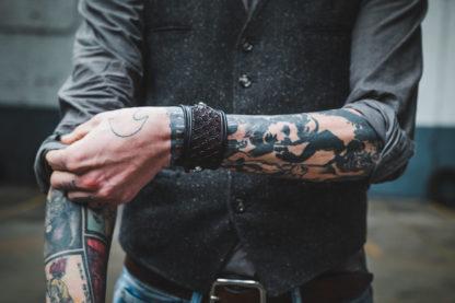 bracelet cuir noir cafe racer homme tatoué