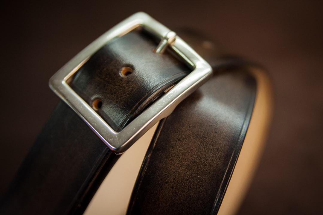 f284ec6c3ae5 Ceinture de costume en cuir noir patiné à boucle carré