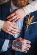 mariage bracelet cuir bandit homme et main de la mariée